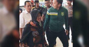 Tri Rismaharini Sambangi Stadion GBT, Persebaya Justru Terancam Sanksi – Bolasport.com